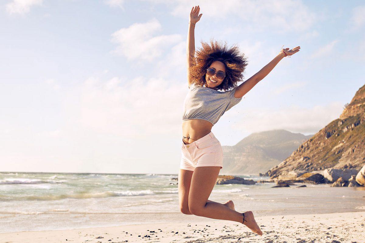 Jeune femme joyeuse sur la plage