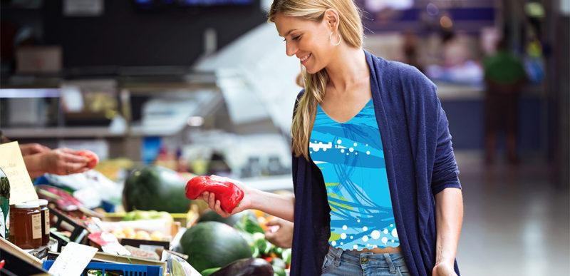 Femme faisant ses courses choisissant des fruits et légumes - 800x387