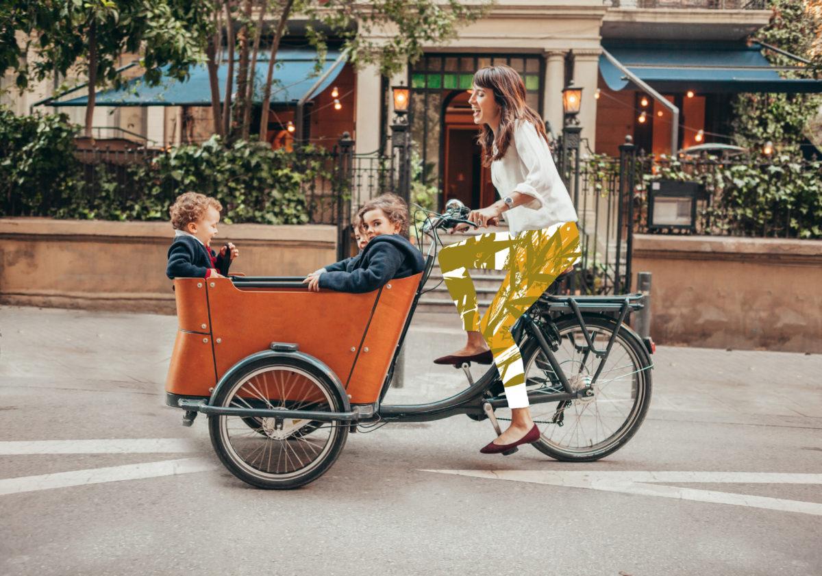Maman avec ses fils en vélo
