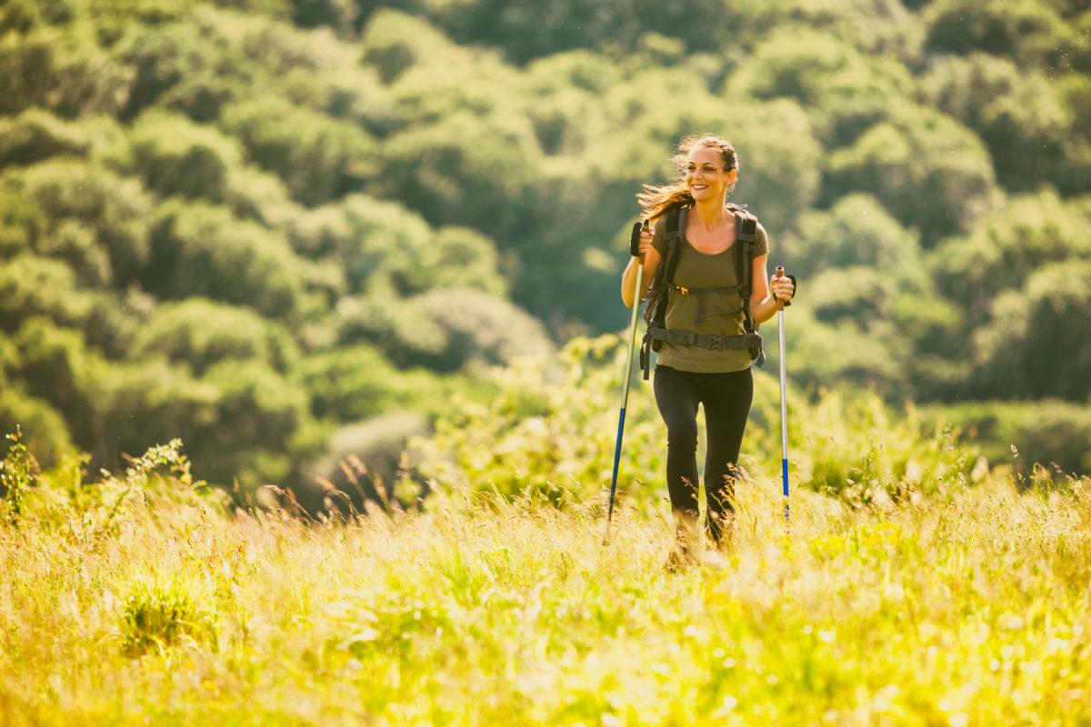 Jeune femme faisant de la randonnée dans les montagnes et profitant de la nature