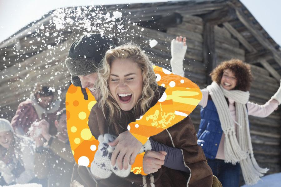 Groupe d'amis jouant avec la neige dans la montagne