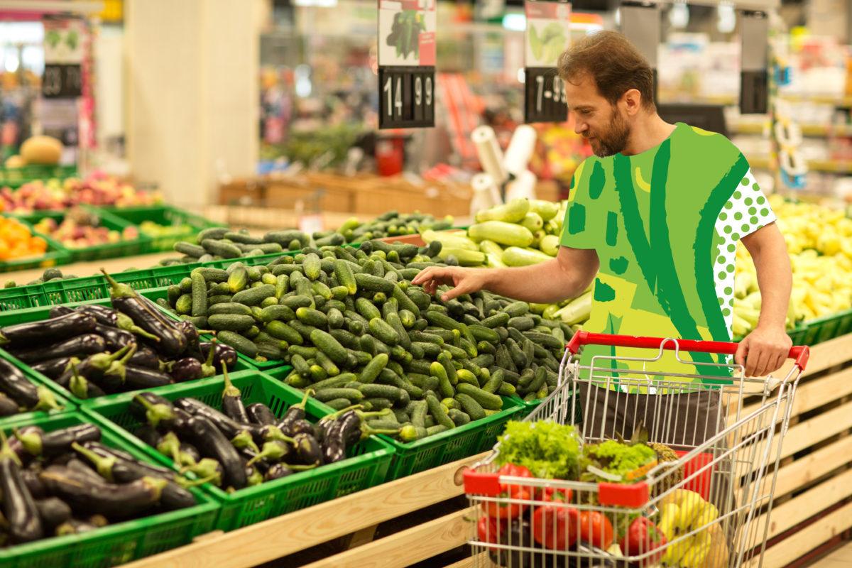 Homme faisant ses courses dans un supermarché rayon légumes - 1200x800