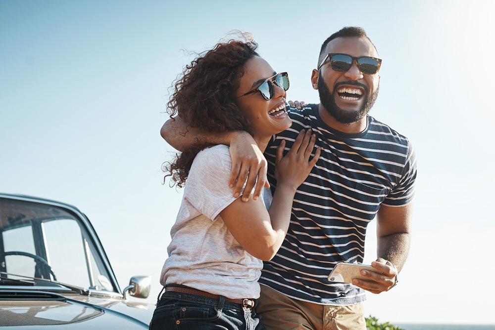 Jeune couple en voyage heureux qui profite du paysage et de la nature