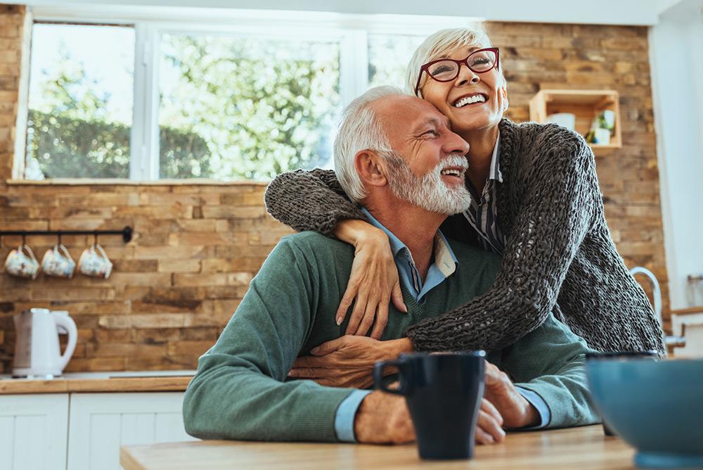 Couple heureux de personnes âgées dans la cuisine au réveil