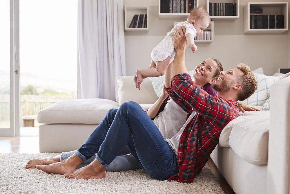 Couple dans salon avec leur enfant