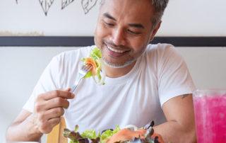 Homme dégustant une salade composée de produits frais