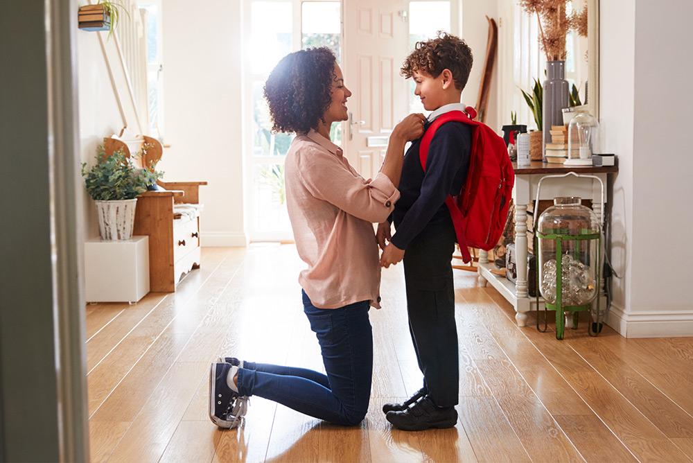 Maman qui prépare son fils pour aller à l'école