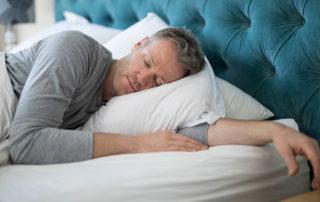Homme dormant paisiblement dans son lit